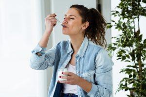 En kvinne som nyter yoghurten sin